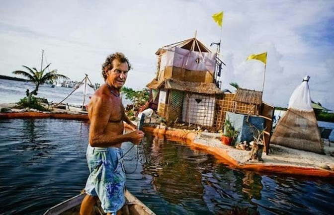 environmentalist-builds-floating-island-with-more-than-100000-plastic-bottles3